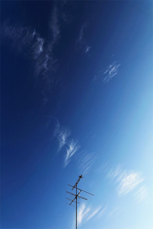 VHFアンテナのある空景 (その28) ── 透ける空、擦り抜ける雲