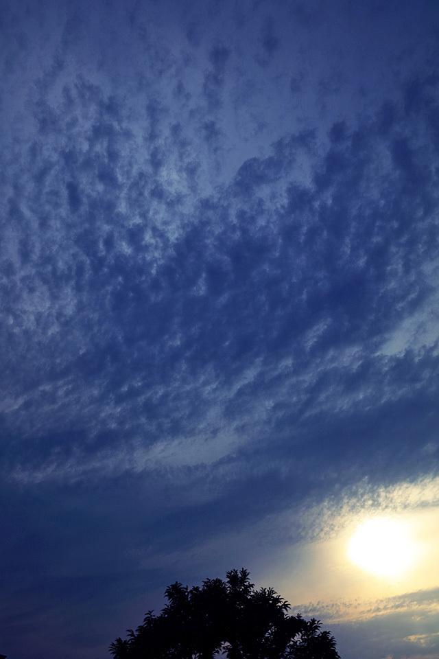 暮れなずむ空の二重雲