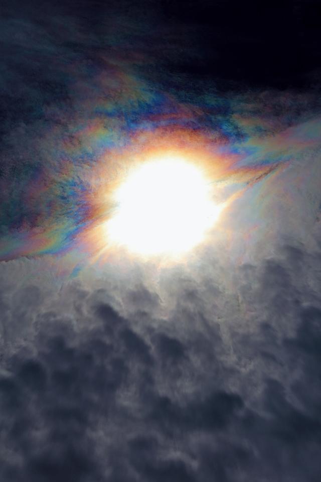 光環を食む蜂の巣状雲 (その1)