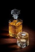 飲み物-デキャンタのウイスキー