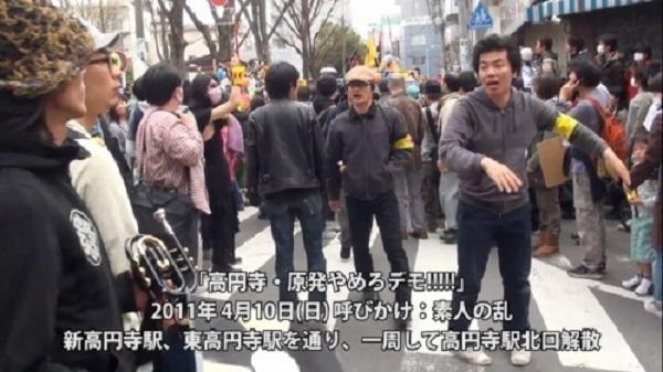 2011年4月10日、高円寺原発反対デモで参加者の整理をする「パジャマ男」=柏崎正憲の画像20210516柏崎正憲「日本のルールを優先して、外国人の人権を否定していいのか」パジャマ男が入管法改正案反対