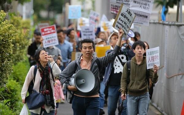 「パジャマ男」=柏崎正憲など、外国人犯罪者の支援者30人が東京入管に対して抗議行動!外黒人犯罪者を激励!