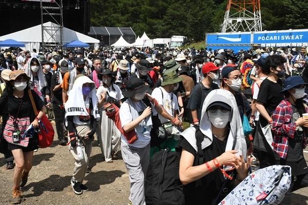 2日目午後のメインステージ前。多くの人が集まって、演奏に盛り上がっていた=2021年8月21日午後1時29分、新潟県湯沢町三国、宮坂知樹撮影