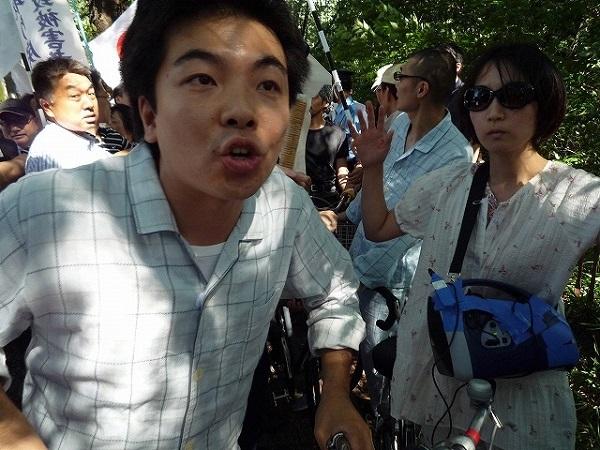 2009年、三鷹の「慰安婦捏造反対デモ」を妨害したパジャマ姿の男(柏崎正憲)の画像