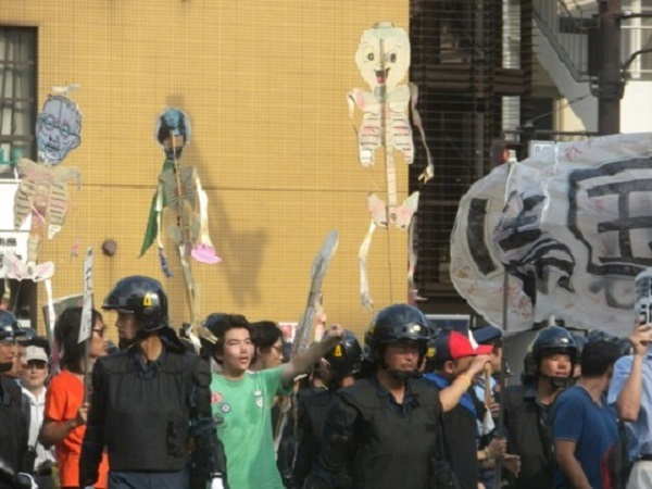 2011年8月15日、先帝陛下の骸骨人形を振り回し、天皇陛下の戦没者慰霊や被災地お見舞いも糾弾する「反天連」の「反靖国反天皇デモ」