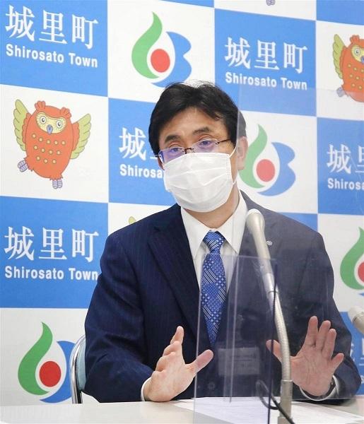 先行接種について記者会見する城里町の上遠野町長=13日