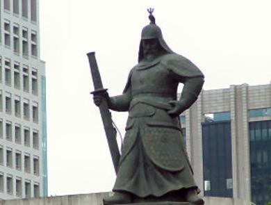 ソウル・光化門広場にある李舜臣(朝鮮人の妄想によって抗日英雄と捏造されている)の銅像