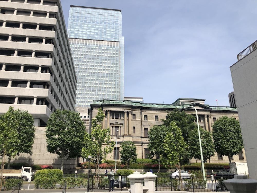 常磐橋を渡りきって日本銀行を見る