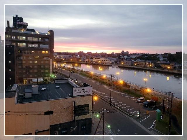 01客室から見た釧路川と朝焼け20211016--640
