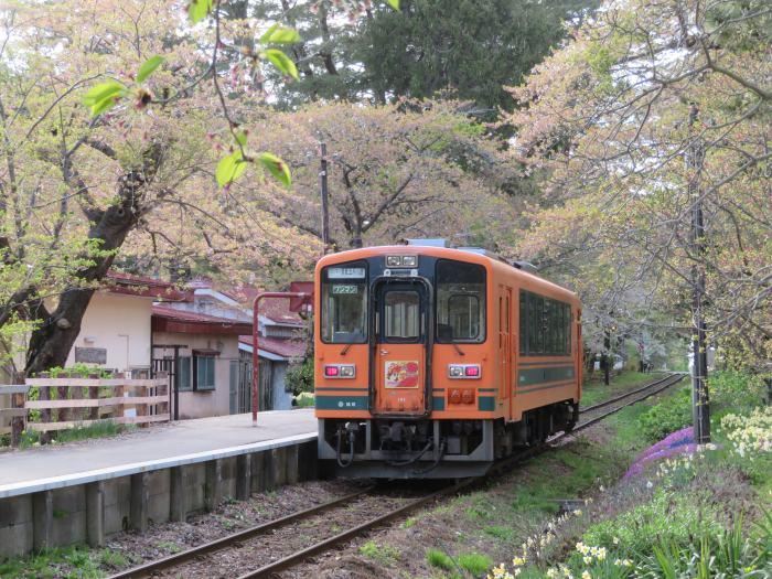 駅に停車中の電車