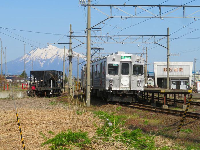 山と駅と車両と