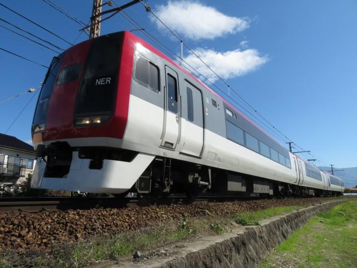 迫力の角度の特急列車
