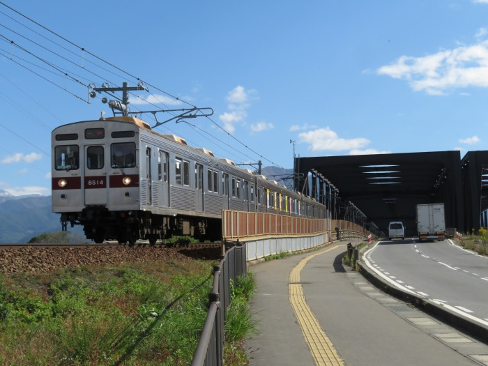村山橋を渡る電車と車