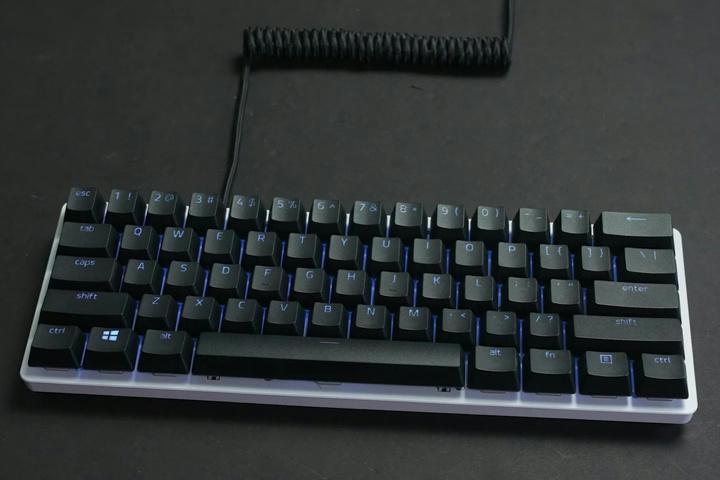 Razer_PBT_Keycap_Coiled_Cable_Upgrade_Set_03.jpg